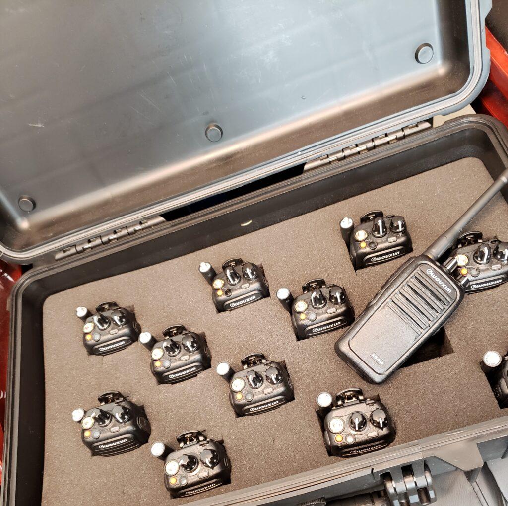 bild på radioapparater i väska